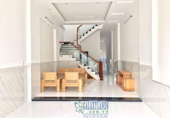 Bán nhà khu dân cư Phú Hòa 1, phòng khách rộng rãi có thêm nội thất bằng gỗ