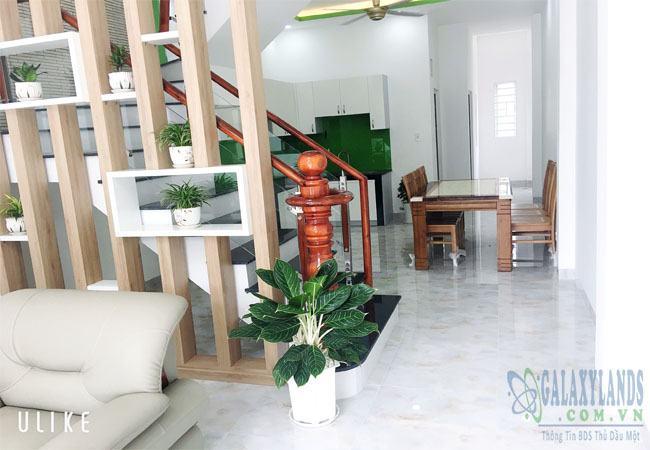 Cầu thang và nhà bếp nhà Phú Hòa, Bình Dương