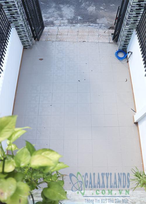 Sân xe hơi rộng 6m phường Phú Hòa